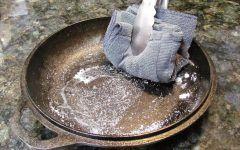 Οι γλάστρες σας έχουν αφήσει καφέ σημάδια στα πλακάκια σαν σκουριά? Πως θα τα εξαφανισετε!Με Ξύδι και σόδα. Τοαφήνειςπερίπουμια ώρα. Απέφυγε τα σκληρά χημικά και το τρίψιμο. Καταστρέφουν τα πλακακια Αν πρέπει να τα τρίψεις, κάντο με