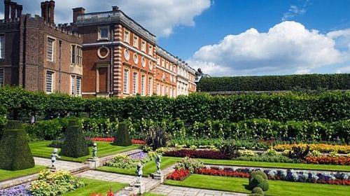 Hampton Court Palace, Londres ,,No universo anglo-saxão, a palavra Hampton é sinônimo de luxo. Não é à toa – o Hampton Court Palace, que serviu de residência para o rei Henrique VIII, conta com nada menos do que mil cômodos.