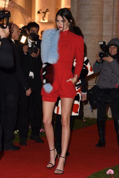 Kendall Jenner. Seleccionamos los 80 mejores looks de la top model del momento. Estilismos tanto de día como de noche perfectos para copiar.