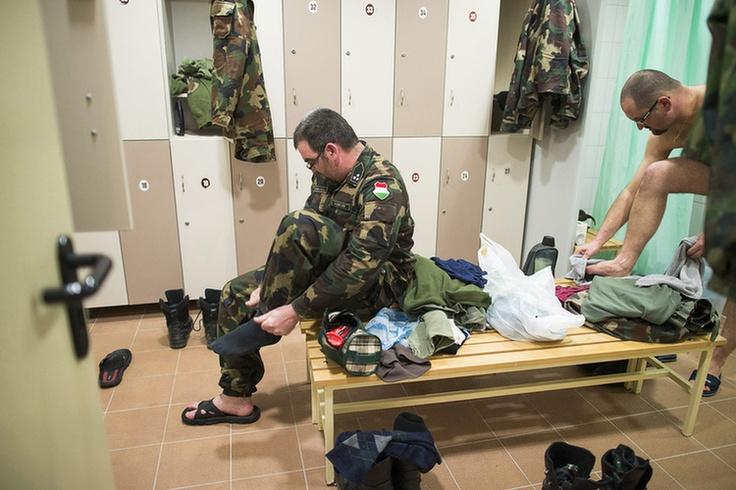 A Magyar Honvédség 5. Bocskai István Lövészdandár Hajdúhadházi Vay Ádám Kiképzőbázisának katonái öltöznek át munka után.