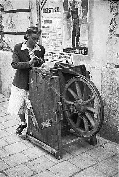 Vándorköszörűsnő az utcán 1948