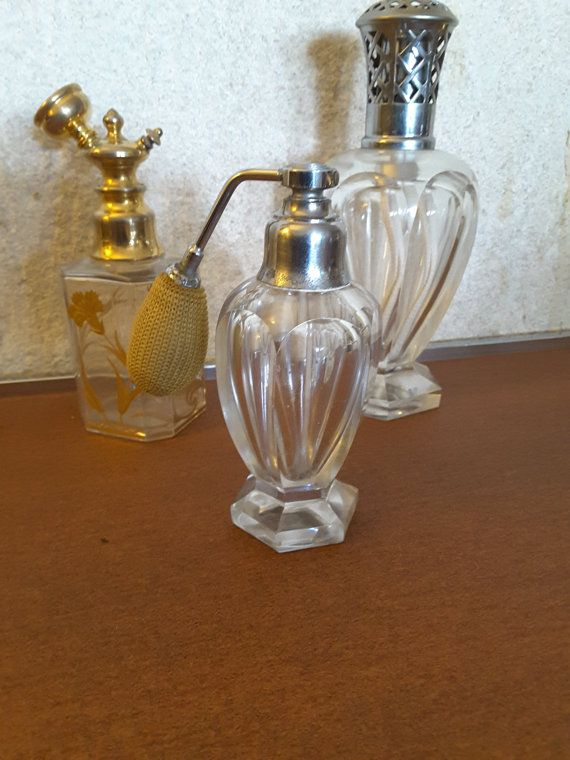 Baccarat Crystal perfume spray  Carved flat-sided model amphora Harcourt  Manufactured prior to 1936 because it is not stamped Baccarat. Indeed the Baccarat Crystal stamped his works from that date.  The pipette is glass and not plastic.  The system is galvanised chrome-plated brass.  In perfect condition. I must point out a micro burst really inconspicuous see photo n ° 3. The primer also origin should be changed.  DELIVERY: CONTACT ME FOR THE PRICE OF DELIVERY OUTSIDE FRANCE  Our shop…