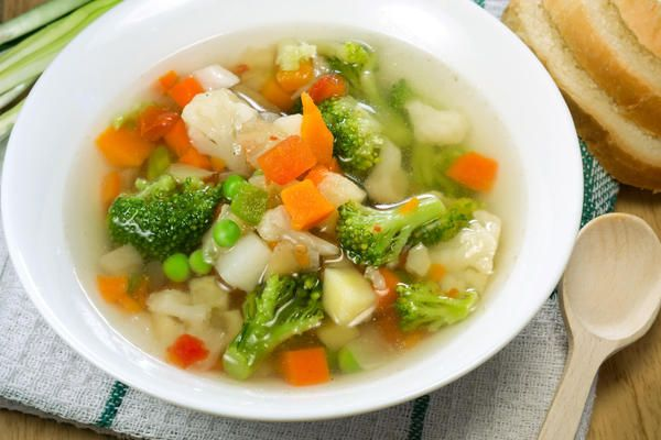 Вегетарианский суп Для приготовления понадобится:      Брокколи – 300 гр.     Картофель – 300 гр.      Морковь – 100 гр.     Зеленый горошек (замороженный или консервированный) – 100 гр.     Лук-порей – 100 гр.     Масло растительное – 50 гр.     Перец черный молотый – по желанию.     Соль – по вкусу.     Специи – по вкусу.