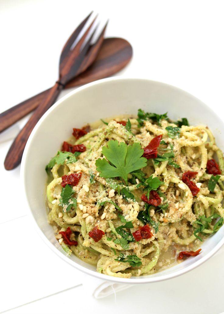 « Courgettis » crues et sauce cheesy à la courge // Raw zucchini noodles and squash cheesy sauce