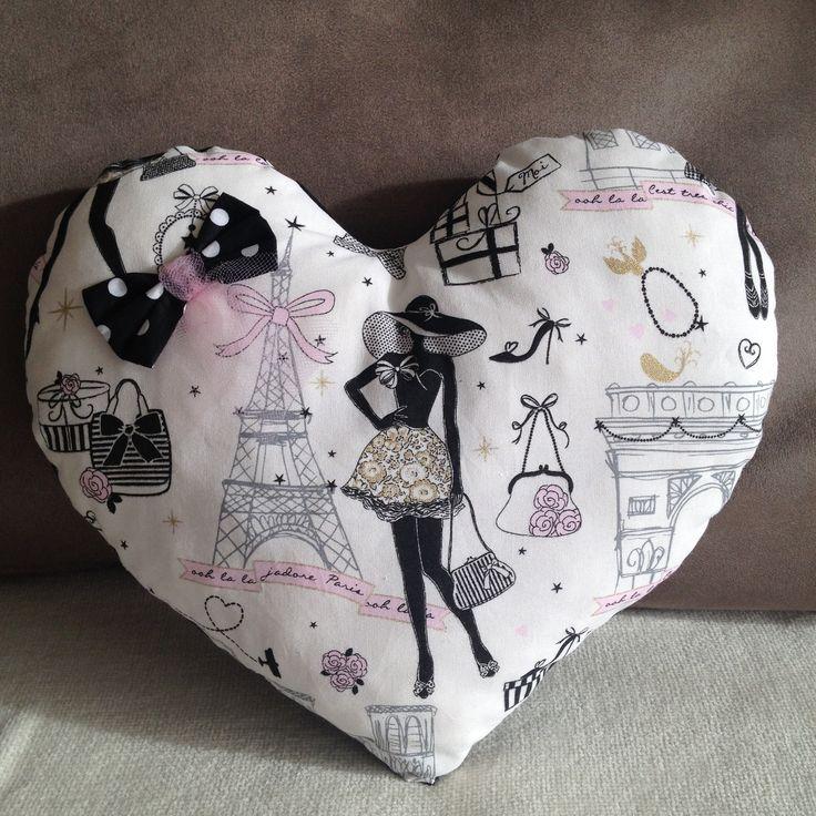 """Coussin coeur """"la parisienne"""" chic et rétro tissu noir à pois et son noeud assorti : Textiles et tapis par nymeria-creation"""