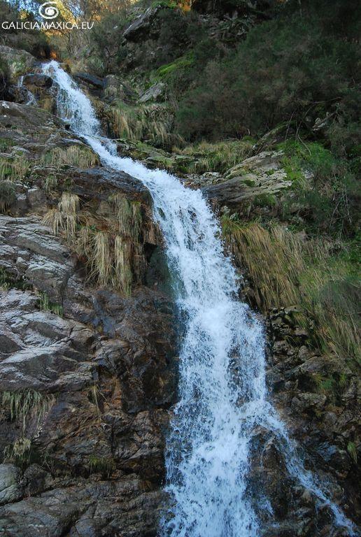 Información sobre las cascadas y pozas que forman los ríos Mougás y Pías