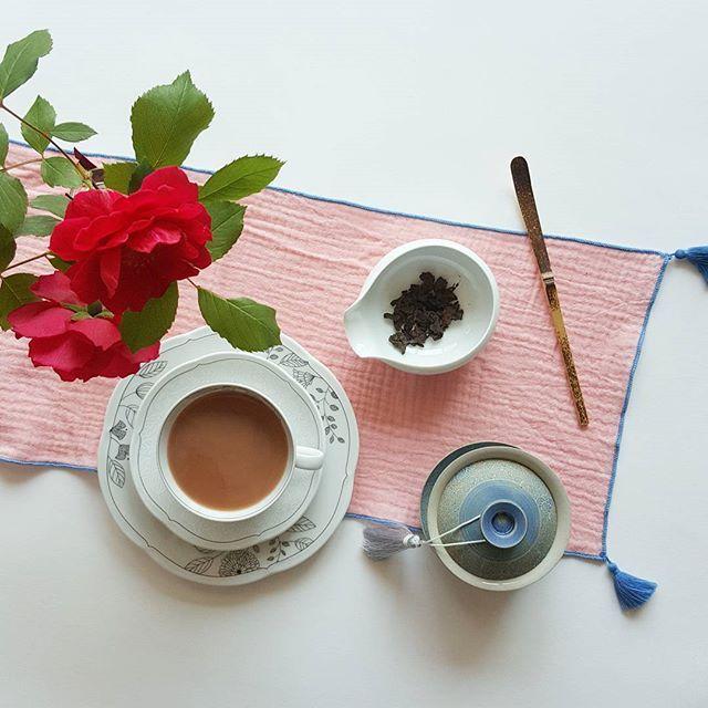 Good morning with Puerh milk tea :) Ripe Puerh milk tea is thick and smooth and a bit like the one made up with Assam. And today I used Cha Tou, tea nugget which forms naturally from the pressures of compression and heat during the fermentation process of ripe Puerh. Creamy and sweet tea quite goes well with the tea. • 오늘은 차두로 만든 밀크티예요^^ 차두는 보이숙차를 만드는 과정에서 생기는 압력과 열에 의해 찻잎들이 뭉쳐져서 만들어져요. 부드럽고 단맛이 나는 숙차는 밀크티로도 잘 어울린답니다. 약간은 아쌈의 느낌도 들면서 마무리는 숙차 특유의 달달한 향~ 맛있어요💗 • #Puerh #milktea #tea #teatime…