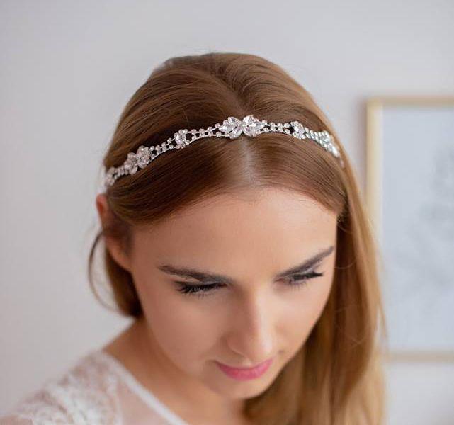 Ślubna opaska z kryształkami, wiązana z tyłu na tasiemki - idealna do każdej fryzury ślubnej! :)  Opaska ślubna dostępna w sklepie internetowym Madame Allure