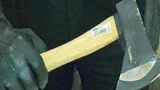 Tragedia sfiorata lunedì sera negli uffici del Commissariato di P.S. di Bitonto. Poco dopo le 22, un uomo, M.C., 44 anni, sotto l'effetto di alcool e sostanze stupefacenti, approfittando del viavai presso gli uffici dovuto all'obbligo di firma per molti bitontini condannati al Daspo (c'era la