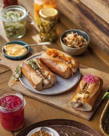 Hot dogi z białą kiełbaską i piklami na grilla, przepis: Magdalena Święciaszek   zdjęcie: Rafał Meszka   stylizacja: Maria Przybyszewska; #grill #hotdog #grillowanie #sezon2017 #przepisy #barbecue #sausage #white #kiełbasa #biała