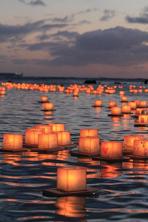水に向けて願いの火、導くように沖へ沖へ闇と水の境目に来た時が一番きれい