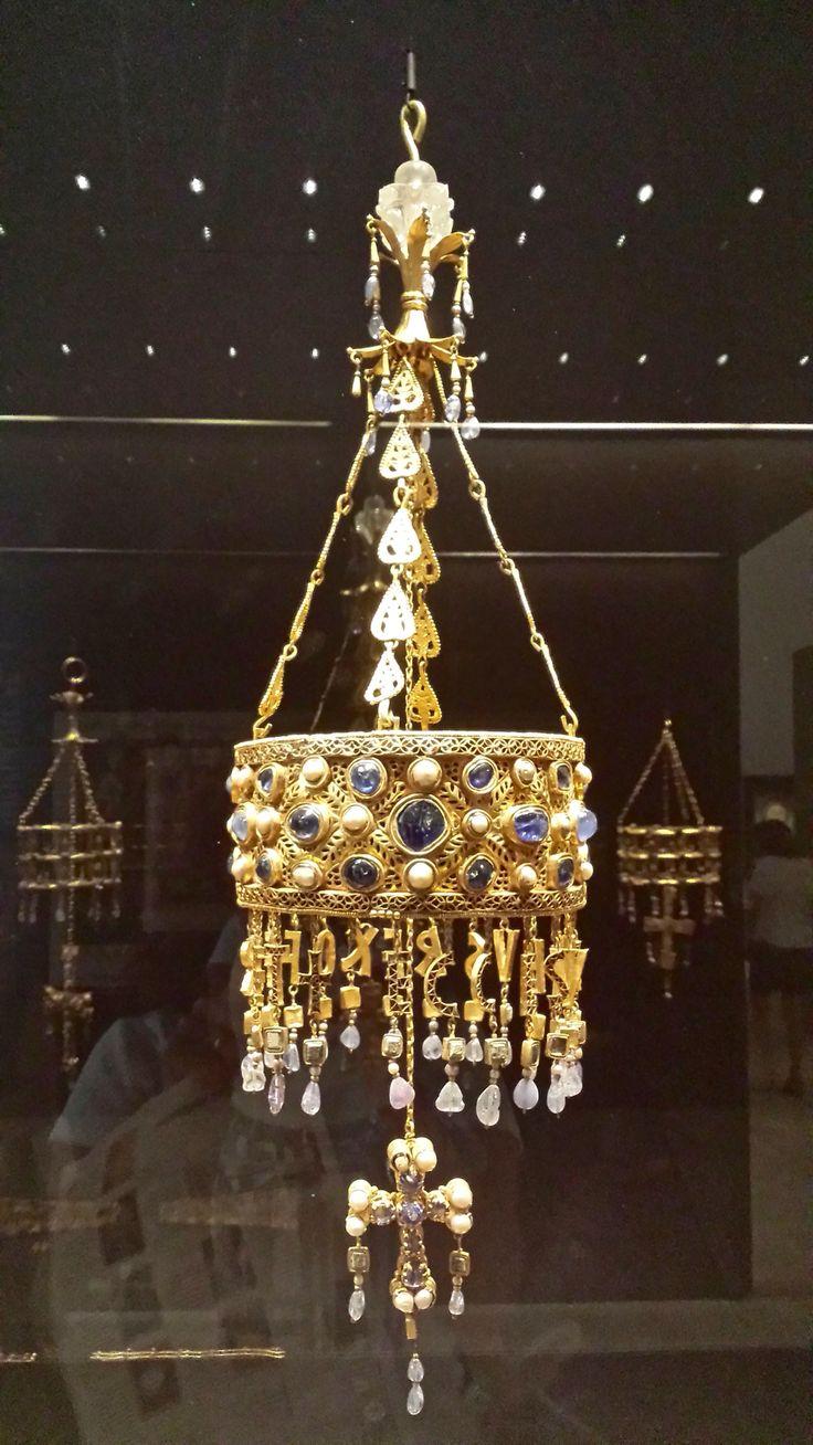 TESORO DE GUARRAZAR: CORONA VOTIVA VISIGODA de RECESVINTO (rey de 653-672), Museo Arqueológico Nacional, Madrid. El tesoro fue hallado entre 1858-61 (Guadamur, Toledo). És un tesoro de orfebrería visigoda, muy vinculada a la orfebrería bizantina, que varios reyes del reino visigodo de Toledo ofrecieron como exvoto. Estas coronas y cruces debieron ser escondidas por los clérigos visigodos de los conquistadores árabes. Los zafiros azules serian procedentes de la antigua Ceilán, hoy Sri Lanka…