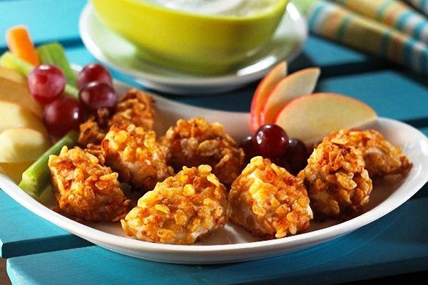 Los nuggets de pollo se cocinan fritos y con un rebozado de pan y huevo, lo que los hace hipercalóricos. En esta receta los nuggets se hacen al horno, sin