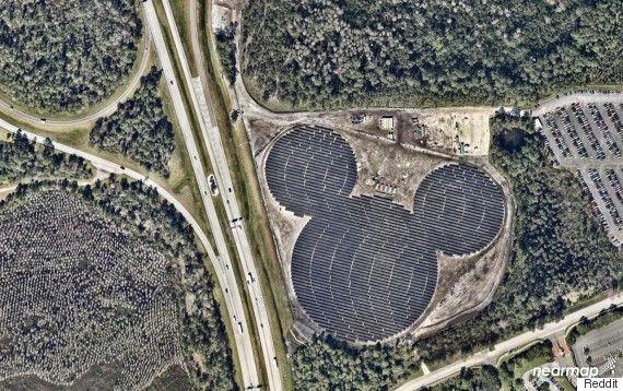 ディズニーの発電所を空から眺めていたら、すごいものが浮かび上がった・・・・太陽光発電所の「隠れミッキー」は2月18日にインターネット掲示板のRedditに投稿された。投稿には「これが空から見たディズニーのソーラーファーム」とコメントが添えられていた。  地元紙オーランド・センチネルによれば、発電所はディズニーの「エプコット」の近くにあるものだ。エプコットはディズニーのテーマパークの1つで、アメリカ国内にある4つのテーマパークのうち2つ目にできたもの。エプコットを訪れる客は「ワールドドライブ」と呼ばれる道路を通ってパークに入場する。この「ミッキー型」のソーラーパネルは道路の横にあるのだが、地上からその形に気づくことは困難だ。  それもそのはず、このソーラーパネルは8万平方メートルにも及ぶ巨大なものなのだ。投稿を見たユーザーからは「1月に行った時には10分ほど(パネルの)横を運転したが、ミッキーの形だとは気づかなかった」など、驚きの声が出ている。ちなみに、8万平方メートルというのは東京ドームのグラウンド6個分の広さだ。
