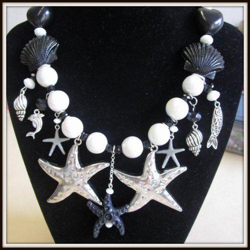 Collana bianca e nera con stelle marine