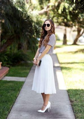 白の膝下(ミモレ丈)チュールスカートは春夏の暖かい季節にがんがん着まわしたいアイテム。合わせる靴は同じホワイトカラーのパンプスで清楚系コーディネートに。  白スカートと白パンプスって凄く似合うのに結構盲点だったりする組み合わせなのでこれからチャレンジしてみたいですね。