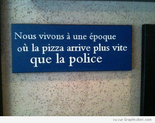 Panneau annonçant que nous vivons à une époque où la pizza arrive plus vite que la police.