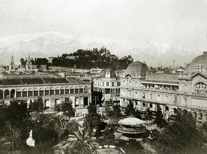 sEsta es la esquina de Estado y Merced en la que se ubicaban el Portal Mac-Clure, detrás se ve la bóveda de la Galería San Carlos, el Palacio Edwards y el antiguo Hotel Inglés en 1890