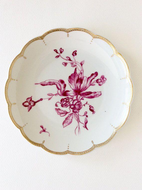 Absolutamente encantador y muy elegante, pintado a mano rosa floral con borde dorado oro.  Este hermoso plato de Tettau real blanco está en condiciones prístinas y haría una placa gabinete impresionante o una adición preciosa para una pantalla de pared con otros platos de porcelana fina.  La mano pintada de fucsia rosa bouquet se establece sobre una porcelana blanca con un dorado oro tejido de borde de borde de diseño. Los bordes de la placa están festoneados. La decoración de la mano de…