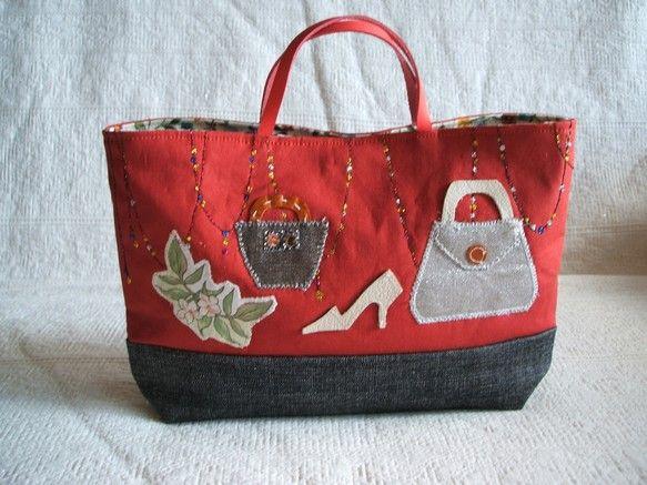 ハンドメイドのコラージュのおしゃれなバッグインバッグです。上部は渋めの赤で下は濃いグレーのダンガリー。いろいろな生地や革でコラージュしました。持ち手は革です。...|ハンドメイド、手作り、手仕事品の通販・販売・購入ならCreema。
