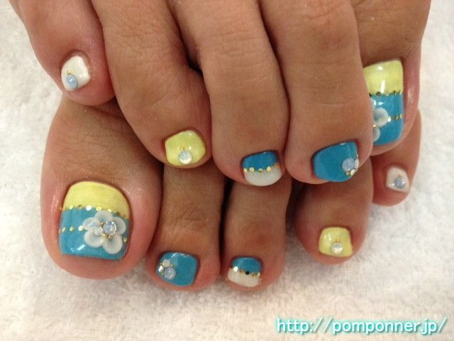 Foot nail bi color of blue and yellow
