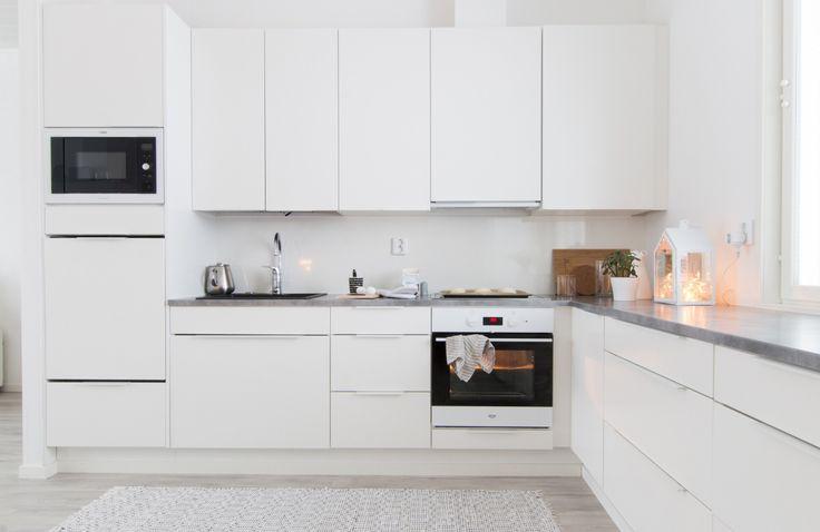 Snyggt kök med grå bänkskiva