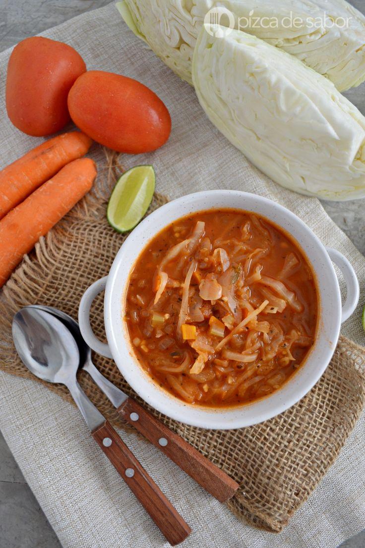 Deliciosa sopa de repollo o sopa para adelgazar o bajar de peso por su bajo contenido calórico. Con muchos vegetales, deliciosa y fácil de elaborar.