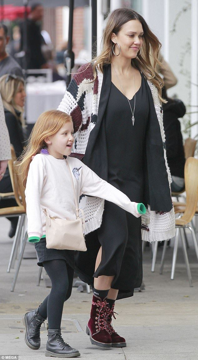 Jessica Alba takes daughter Haven for lunch date in LA | Daily Mail Online