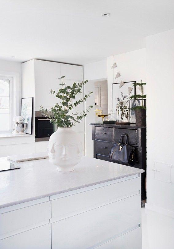 Det er lenge siden kjøkkenet vårt ble delt på bloggen så jeg tenkte du kanskje ville se rom for rom igjen? Her kommer del 1 av kjøkken og kjøkken øyen. Vi har jo ikke akkurat det største huset så stue/spisestue og kjøkken er delvis samlet. Foto/ Styling: Yvonne Wilhelmsen & Tone Kroken