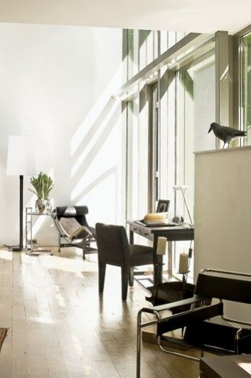 Skórzane biurko i krzesło Promemoria są ze sklepu Casa Mia.