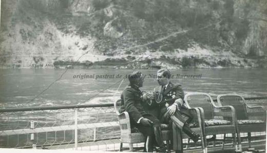 BU-F-01073-1-00409-2 Regele Carol al II lea I şi Alexandru al Iugoslaviei discutând pe puntea unui vas pe Dunăre, 1933 (niv.Document)