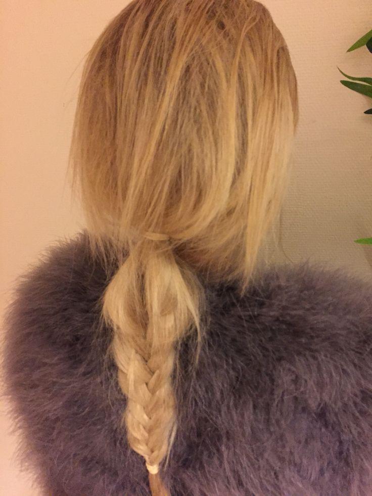 Frisyr: slarvig frisyr med mycket volym och fem fläta.