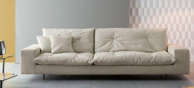 Personalizzazione è la parola chiave che caratterizza la collezione di divani componibili Avarit. E' possibile disegnare la composizione desiderata partendo da una base ed uno schienale fissi a cui vengono aggiunti degli importanti cuscini di seduta e schienale in piuma che rappresentano la vera e propria anima del divano. E' possibile inoltre scegliere all'interno di un'ampia gamma di rivestimenti in tessuto e pelle, da abbinare in totale libertà. I piedini sono in metallo verniciato grigio…