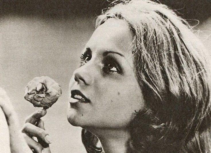 """""""Un giorno Faustine entrò nel mondo da un cancello blu ... Questo è il mio primo giorno di vita e non poteva essere più bello di così"""". Muriel Catalá in """"Faustine et le bel été"""" (1972); regia: Nina Companeez"""