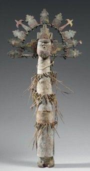 ANCIENNE ET TRES RARE KACHINA SHALAKO TAKA Bois, pigments, peau, pennes, ligatures Zuni ou Hopi Vers 1880 ou avant Ht 58 cm Largeur 28 cm