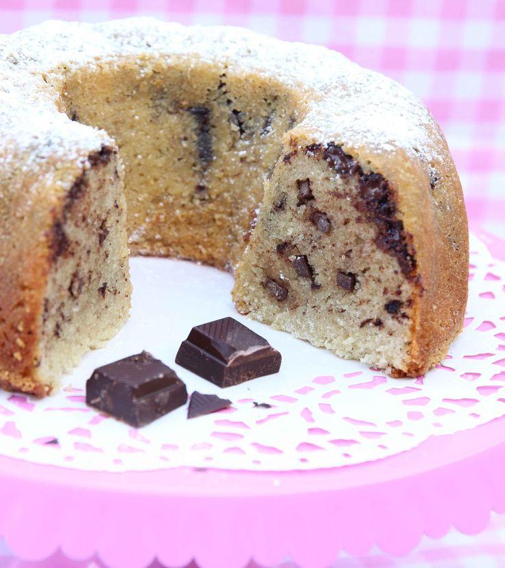 Saftig, mjuk sockerkaka med grovhackade chokladbitar i smeten.