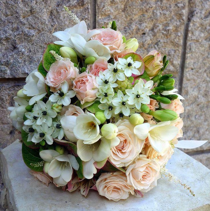 Flowers Garden Weddings: Buchet mireasa cu miniroze, frezii, ornithogalum, ...