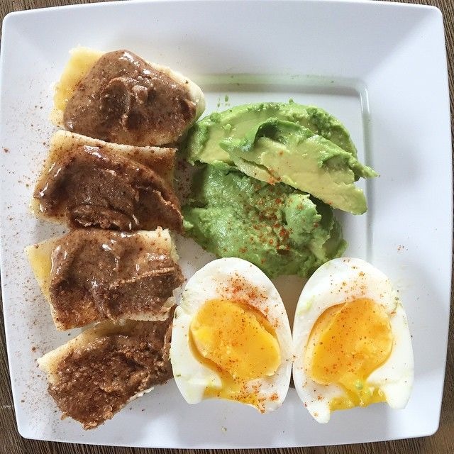 D3M1: pre-workout meal: 1/2 banana with almond butter and cinnamon, soft boiled egg & 1/2 avocado with salt and red pepper #Whole30 #simplywhole30
