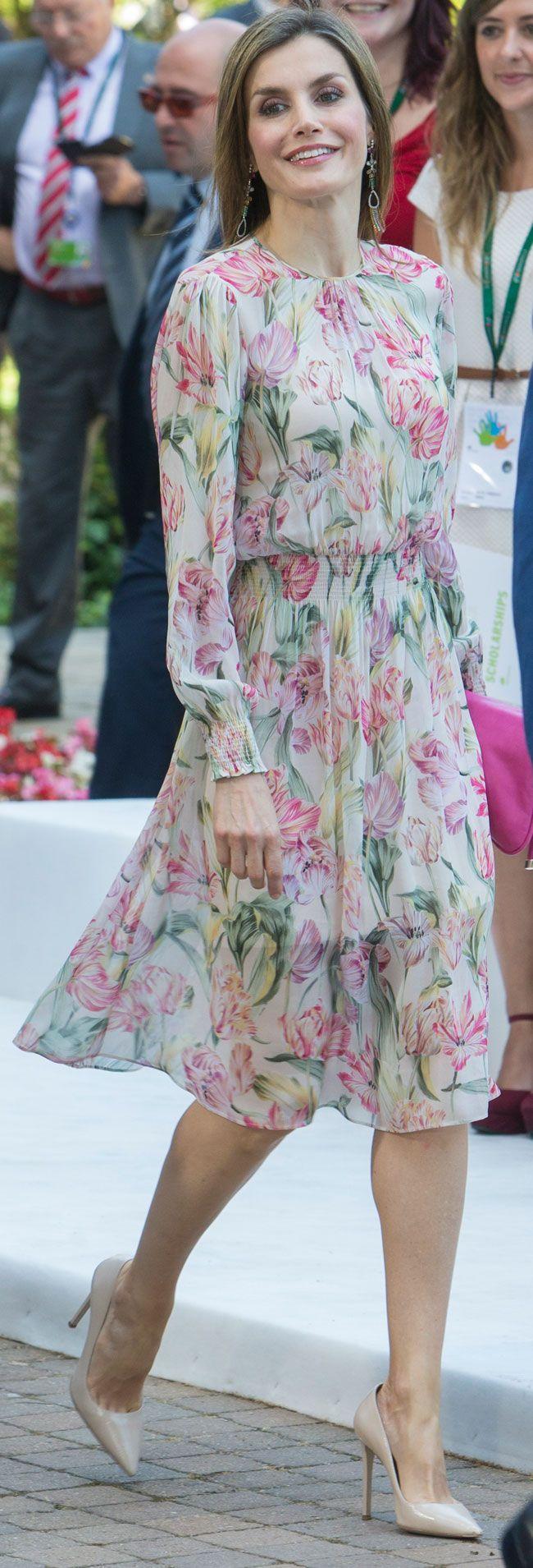 Los Reyes han entregado en Madrid las Becas para Másteres y Ayudas a la Investigación de la Fundación Iberdrola, con las que apoyan la investigación en energía y medioambiente. Y al tono del tema ha sorprendido Doña Letizia vistiendo un vaporoso vestido de flores.05.07.2016