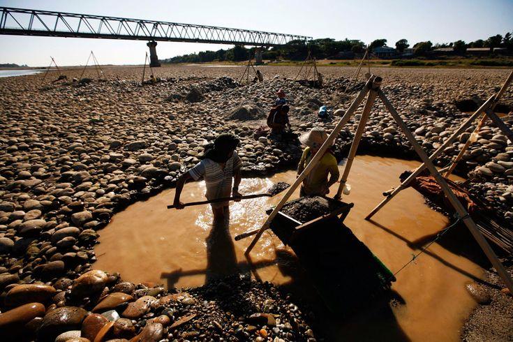Los pobladores de utilizar herramientas para buscar oro en el río Irrawaddy, cerca de Bahalminhtin puente cerca de la ciudad de Myitkyina, en el norte de Myanmar