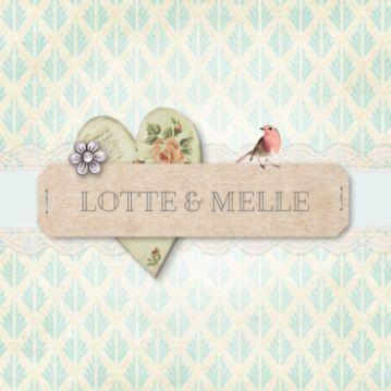 Trouwkaart met klassieke achtergrond met groen patroon. Zachtgroene strook met kant over de kaart, bruin etiket met nietjes, vintage hart en roodborstje.
