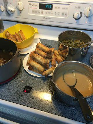 Mi abuela también hizo judías verdes , mi favorito. Ya que mi familia es un cuarto Filipino , mi tía decidió traer lumpia para nuestra comida. Mucha gente encuentra extraño que también tenemos la cocina asiática durante nuestras comidas de las fiestas