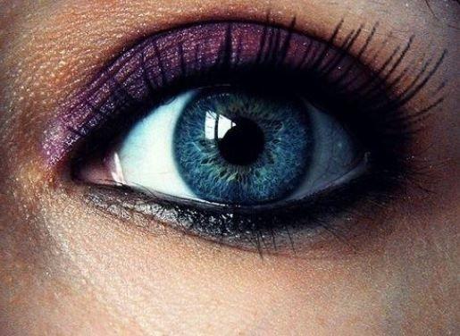 Truccare gli occhi azzurri con ombretto viola e bronzo
