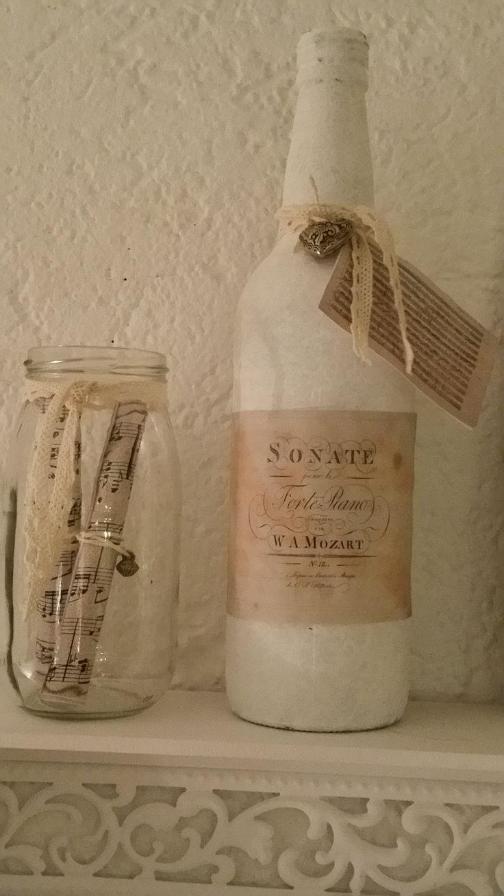 fles wit gemaakt met Gesso primer. Etiket geprint afbeelding tekst Mozart. Label muziek Mozart . In potje rolletjes muziekpapier