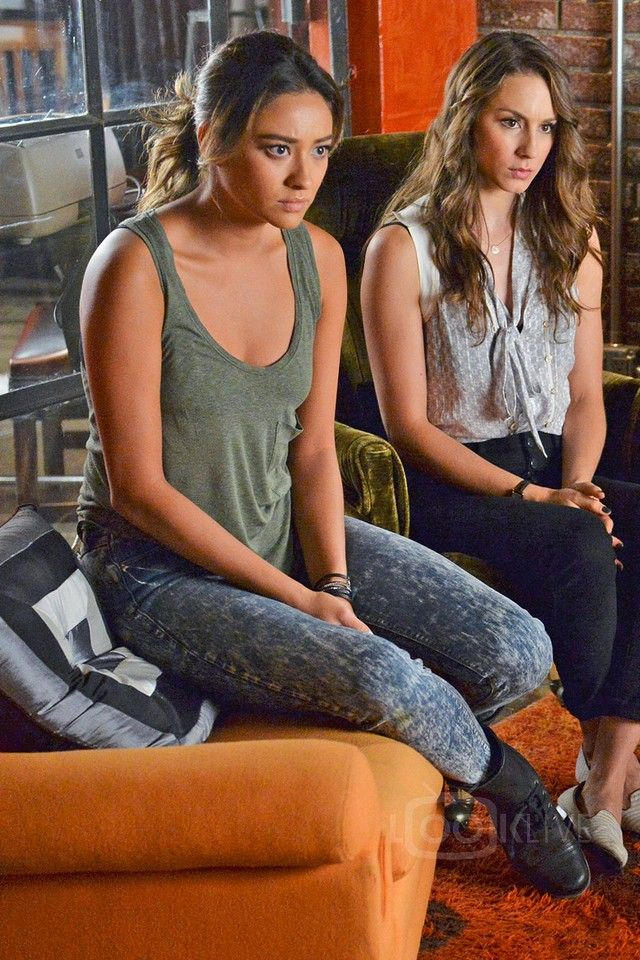 Emily Fields & Spencer Hastings in Pretty Little Liars S05E18