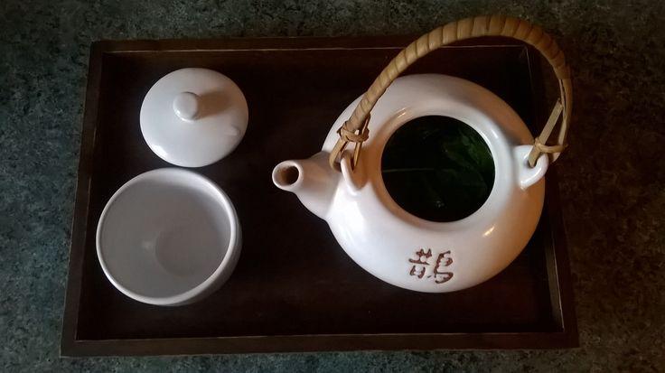 Pomalu přichází doba na letní drinky. Jedním z těch tradičních je marocký mátový čaj, le touareg. Tady je recept na ten původní, jak ho vaří v Maroku...