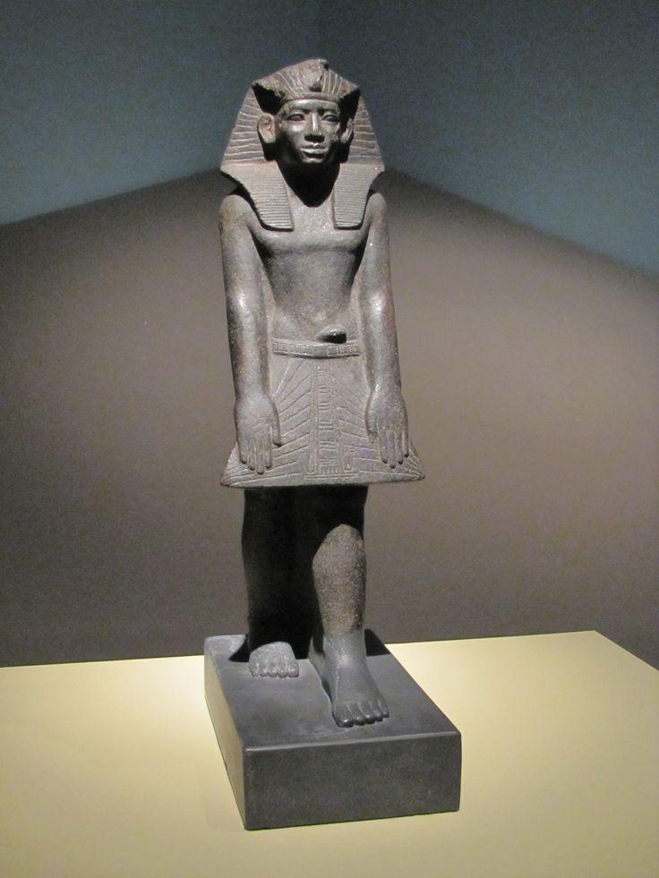 Estatua del rey Amenemhat III en postura de oración (Imperio Medio).