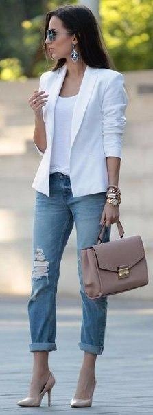Темные джинсы, белый верх, серый пиджак, бежевая сумка, бежевые туфли