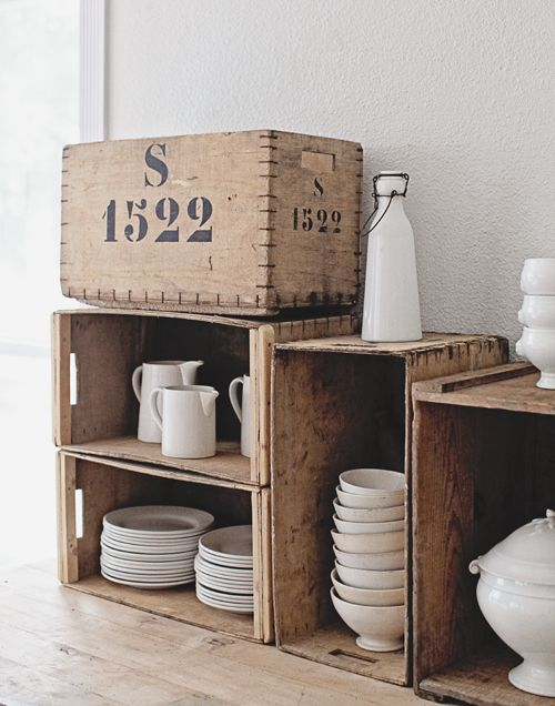 wit servies - hout - kistje - crates - crockery - plates - white - storage