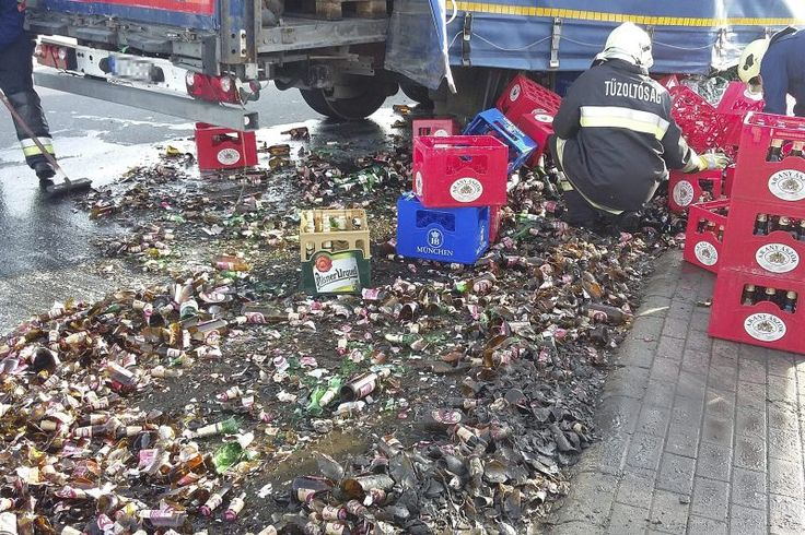 Felborult egy sört szállító nyerges vontató rakománya a fővárosban. http://ahiramiszamit.blogspot.ro/2017/04/felborult-egy-sort-szallito-nyerges.html